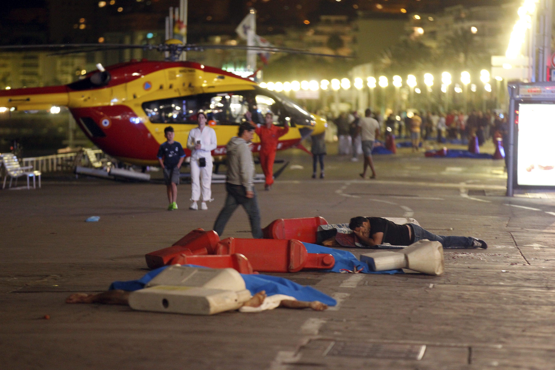 ©PHOTOPQR/NICE MATIN ; Nice le 15/07/2016 - ATTENTAT A NICE !!!!!!!!!!! Un camion a fonce sur des passants surla promenade des anglais apresle feu d artifice avec un camion, plusieurs centaines de morts..... Un camion a foncé le 14/07/2016 dans la foule sur la Promenade des Anglais à Nice pendant le feu d'artifice du 14 juillet, faisant plusieurs victimes selon la mairie et des témoins sur place, la préfecture des Alpes-Maritimes évoquant quant à elle un attentat. Selon un journaliste sur place, un van blanc a foncé sur la foule sur la Promenade des Anglais. 'Several dead' after truck crashes into crowd at Bastille Day celebrations in Nice prompting terror attack fears (Newscom TagID: maxphotos760115.jpg) [Photo via Newscom]