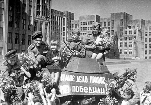 3 июля 1944 года части Красной Армии с боем взяли город Минск, город весь прошли....